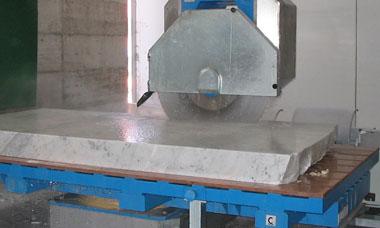 Taglio blocco marmo con disco