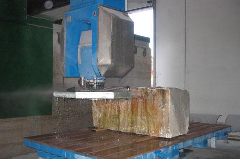 taglio blocco marmo con disco orizzontale