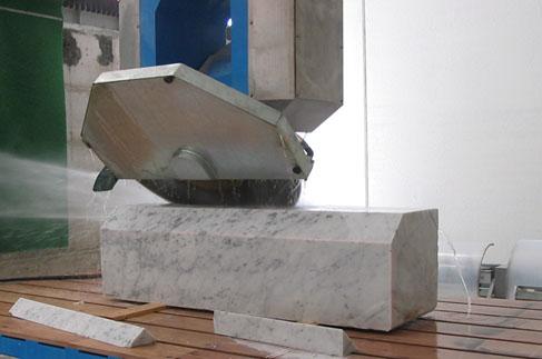 taglio inclinato su marmo con disco